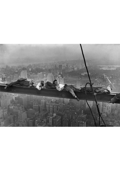 Obreros durmiendo sobre andamio en Manhattan (POSTER)