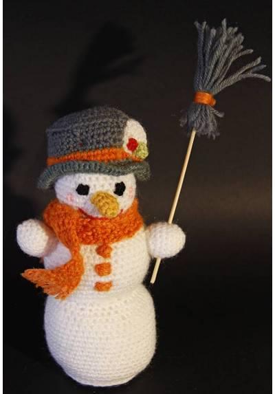 Muñeco de Nieve Blanco con Gorro y Escoba (Amigurumis)